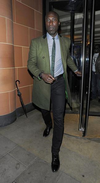 Wie kombinieren: dunkelgrüner Mantel, hellblaues Businesshemd, schwarze Chinohose, schwarze Leder Oxford Schuhe
