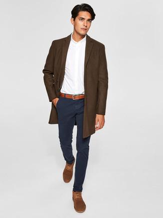 Wie kombinieren: dunkelbrauner Mantel, weißes Businesshemd, schwarze Chinohose, braune Chukka-Stiefel aus Wildleder