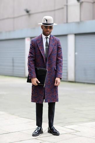 Wie kombinieren: dunkelblauer Mantel mit Blumenmuster, weißes Businesshemd, schwarze Chinohose, schwarze Leder Derby Schuhe