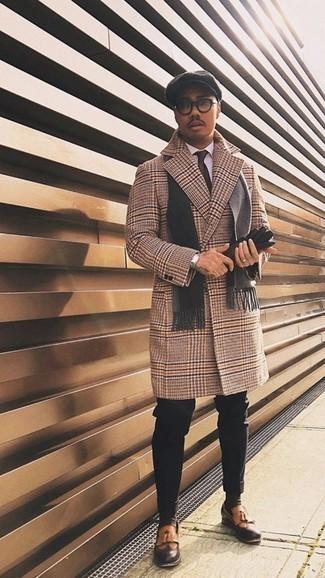 Transparente Sonnenbrille kombinieren – 107 Winter Herren Outfits: Für ein bequemes Couch-Outfit, kombinieren Sie einen camel Mantel mit Hahnentritt-Muster mit einer transparenten Sonnenbrille. Heben Sie dieses Ensemble mit rotbraunen Leder Slippern mit Fransen hervor. Im Winter ist dieser Look ideal.