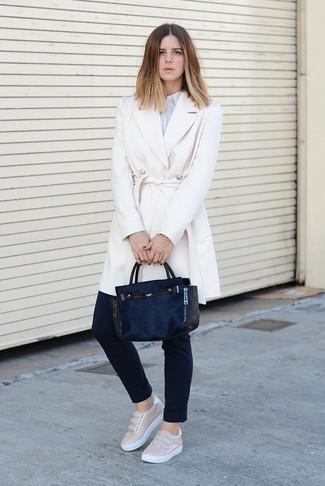 Wie kombinieren: weißer Mantel, hellblaues vertikal gestreiftes Businesshemd, schwarze enge Hose, hellbeige Slip-On Sneakers aus Leder