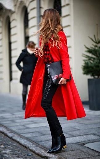Wie kombinieren: roter Mantel, rotes und schwarzes Businesshemd mit Karomuster, schwarze enge Hose, schwarze Leder Stiefeletten