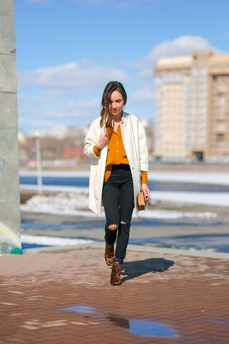Die Kombination von einem weißen Tweed Mantel und schwarzen engen Jeans mit Destroyed-Effekten erlaubt es Ihnen, Ihren Freizeitstil klar und einfach zu halten. Heben Sie dieses Ensemble mit braunen Leder Stiefeletten mit Leopardenmuster hervor.
