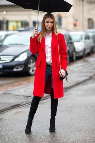Roter Mantel, Weißes Businesshemd, Dunkelblaue Enge Jeans, Schwarze Overknee Stiefel aus Wildleder für Damen