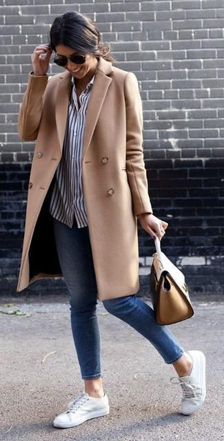 Wie kombinieren: beige Mantel, weißes und dunkelblaues vertikal gestreiftes Businesshemd, blaue enge Jeans, weiße niedrige Sneakers