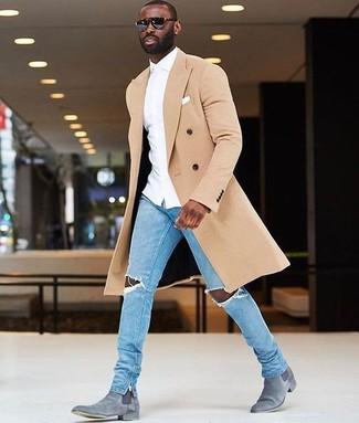 Graue Chelsea Boots aus Wildleder kombinieren – 85 Herren Outfits: Erwägen Sie das Tragen von einem beigen Mantel und hellblauen engen Jeans mit Destroyed-Effekten für einen bequemen Alltags-Look. Heben Sie dieses Ensemble mit grauen Chelsea Boots aus Wildleder hervor.
