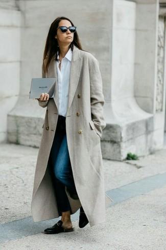 Wie kombinieren: grauer Mantel, weißes Businesshemd, dunkelblaue enge Jeans, schwarze Leder Slipper
