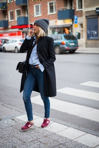 Wie kombinieren: schwarzer Mantel, hellblaues Businesshemd, dunkelblaue enge Jeans, fuchsia Wildleder niedrige Sneakers