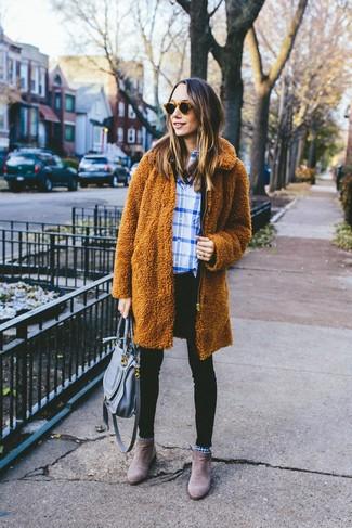 Wie kombinieren: rotbrauner Fleece-Mantel, weißes und blaues Businesshemd mit Schottenmuster, schwarze enge Jeans, braune Chelsea-Stiefel aus Wildleder