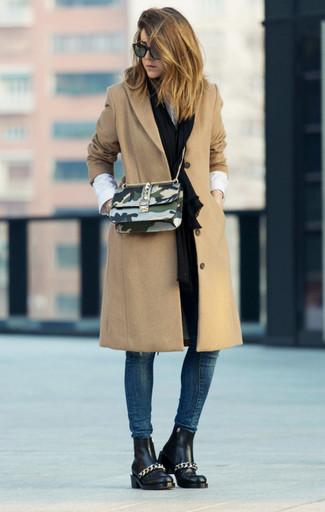 Schwarzen Schal kombinieren: trends 2020: Möchten Sie einen stilsicheren, lockeren Look schaffen, ist diese Kombination aus einem beige Mantel und einem schwarzen Schal Ihre Wahl. Schwarze Chelsea-Stiefel aus Leder sind eine perfekte Wahl, um dieses Outfit zu vervollständigen.