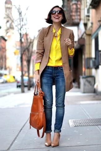 Wie kombinieren: beige Mantel, gelbes Businesshemd, blaue enge Jeans mit Destroyed-Effekten, braune Leder Pumps