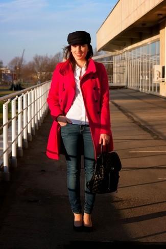 Paaren Sie einen roten Mantel mit dunkelblauen engen Jeans für ein Alltagsoutfit, das Charakter und Persönlichkeit ausstrahlt. Vervollständigen Sie Ihr Look mit schwarzen Wildleder Pumps.