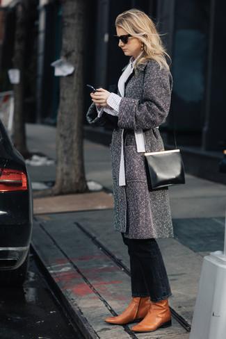 Wie kombinieren: grauer Mantel mit Fischgrätenmuster, weißes Businesshemd mit Karomuster, schwarze Jeans, rotbraune Leder Stiefeletten