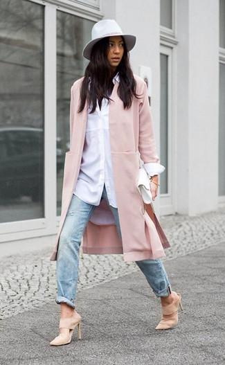 Vereinigen Sie ein weißes businesshemd von Michael Kors mit hellblauen jeans mit destroyed-effekten, um mühelos alles zu meistern, was auch immer der Tag bringen mag. Putzen Sie Ihr Outfit mit hellbeige wildleder pantoletten.