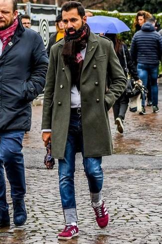 Dunkelbraunen bedruckten Schal kombinieren: trends 2020: Kombinieren Sie einen olivgrünen Mantel mit einem dunkelbraunen bedruckten Schal für einen entspannten Wochenend-Look. Rote Wildleder niedrige Sneakers sind eine perfekte Wahl, um dieses Outfit zu vervollständigen.
