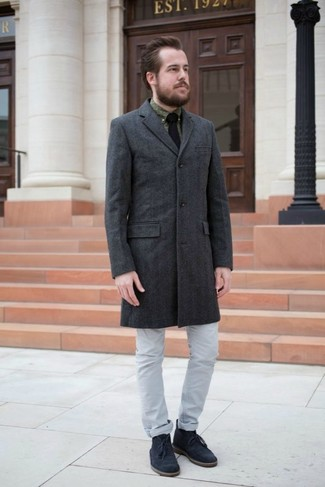 Wie kombinieren: dunkelgrauer Mantel, olivgrünes bedrucktes Businesshemd, graue Jeans, dunkelblaue Chukka-Stiefel aus Wildleder
