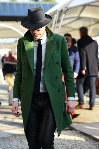 Wie schwarzen und weißen Hut mit mintgrünen Mantels zu