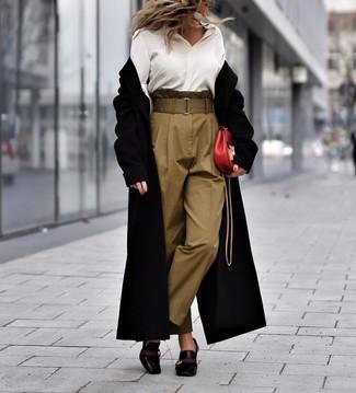 Weißes Seide Businesshemd kombinieren – 58 Damen Outfits: Ein weißes Seide Businesshemd und eine olivgrüne Karottenhose sind absolut Alltags-Must-Haves und können mit einer Vielzahl von Stücken kombiniert werden, um ein klassisches Outfit zu erhalten. Vervollständigen Sie Ihr Look mit schwarzen Leder Pumps.