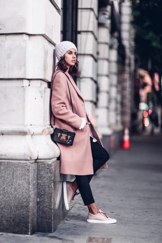 rosa Mantel, weißes Businesshemd, schwarze Karottenhose, rosa Leder niedrige Sneakers für Damen