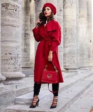 Wie kombinieren: roter Mantel, weißes Businesshemd, schwarze Karottenhose, schwarze Leder Pumps mit Ausschnitten