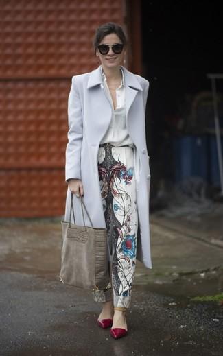 Wie kombinieren: grauer Mantel, weißes Seide Businesshemd, weiße bedruckte Karottenhose, dunkelrote Leder Pumps