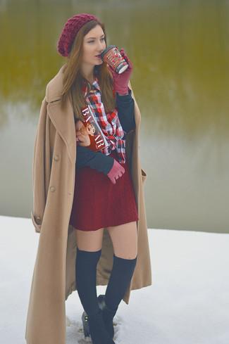 Hellbeige Mantel kombinieren – 540+ Damen Outfits: Probieren Sie diese Kombi aus einem hellbeige Mantel und einem dunkelroten Strick Minirock, umeinen stylischen, lockeren Look zu zaubern, der im Kleiderschrank der Frau auf keinen Fall fehlen darf. Dieses Outfit passt hervorragend zusammen mit schwarzen Wildleder Stiefeletten.