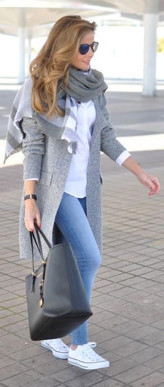 Paaren Sie einen grauen Mantel mit hellblauen Jeansleggings für ein bequemes Outfit, das außerdem gut zusammen passt. Weiße niedrige Sneakers sind eine ideale Wahl, um dieses Outfit zu vervollständigen.