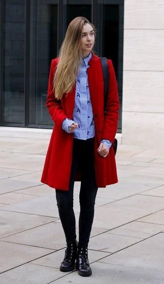 Wie kombinieren: roter Mantel, hellblaues vertikal gestreiftes Businesshemd, schwarze Leggings, schwarze flache Stiefel mit einer Schnürung aus Leder