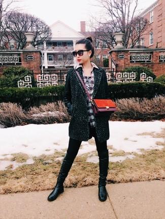 Wie kombinieren: dunkelgrüner Mantel, graues Businesshemd mit Schottenmuster, schwarze Leggings, schwarze kniehohe Stiefel aus Leder