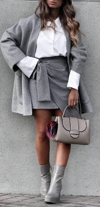 Wie kombinieren: grauer Mantel, weißes Businesshemd, grauer Minirock mit Schlitz, graue Leder Stiefeletten
