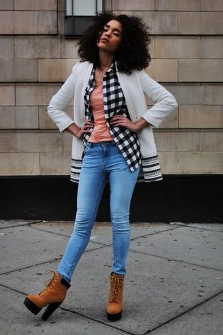 Wie kombinieren: weißer und schwarzer Mantel, weißes und schwarzes Businesshemd mit Karomuster, rosa Trägershirt, blaue enge Jeans