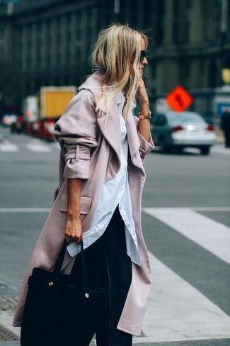 Wie kombinieren: rosa Mantel, weißes Businesshemd, dunkelblaue weite Hose aus Jeans, schwarze Shopper Tasche aus Wildleder