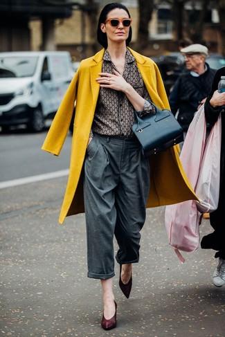 Wie kombinieren: senf Mantel, graues bedrucktes Businesshemd, graue weite Hose, dunkelrote Leder Pumps