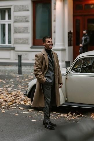 Grauen Wollanzug kombinieren – 336 Herren Outfits: Vereinigen Sie einen grauen Wollanzug mit einem camel Mantel für einen stilvollen, eleganten Look. Fühlen Sie sich ideenreich? Wählen Sie schwarzen Leder Derby Schuhe.