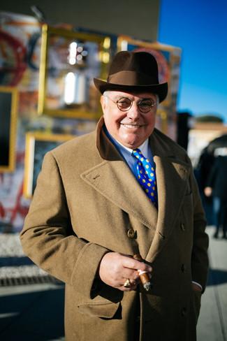 Wie kombinieren: camel Mantel, weißes Businesshemd, dunkelbrauner Wollhut, blaue gepunktete Krawatte