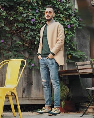 Wie kombinieren: camel Mantel, dunkelgrüner Pullover mit einem Rundhalsausschnitt, hellblaue Jeans mit Destroyed-Effekten, dunkelgrüne niedrige Sneakers