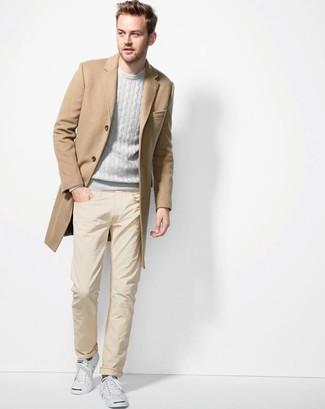 Wie kombinieren: camel Mantel, grauer Pullover mit einem Rundhalsausschnitt, gelbe Chinohose, weiße niedrige Sneakers