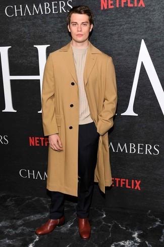 Wie kombinieren: camel Mantel, hellbeige Pullover mit einem Rundhalsausschnitt, schwarze Anzughose, dunkelrote Chelsea-Stiefel aus Leder