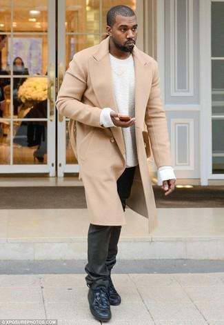 Kanye West trägt Camel Mantel, Weißer Pullover mit Rundhalsausschnitt, Schwarze Jeans, Schwarze Hohe Sneakers aus Leder
