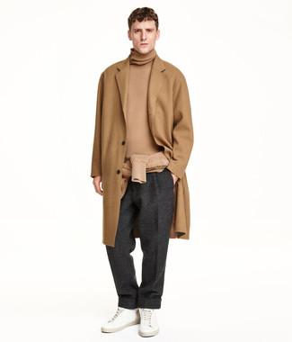 Wie kombinieren: camel Mantel, beige Rollkragenpullover, dunkelgraue Wollanzughose, weiße Leder niedrige Sneakers