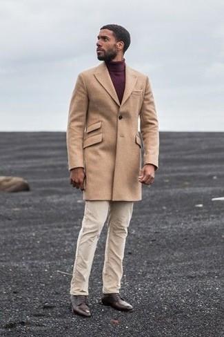 camel Mantel, dunkelroter Rollkragenpullover, hellbeige Chinohose, dunkelbraune Leder Derby Schuhe für Herren
