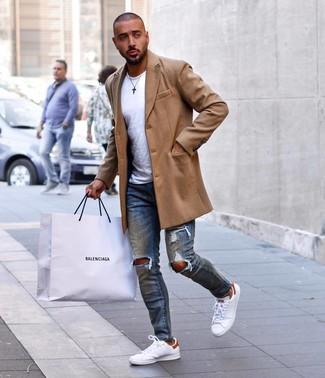 Wie kombinieren: camel Mantel, weißes T-Shirt mit einem Rundhalsausschnitt, blaue enge Jeans mit Destroyed-Effekten, weiße Leder niedrige Sneakers