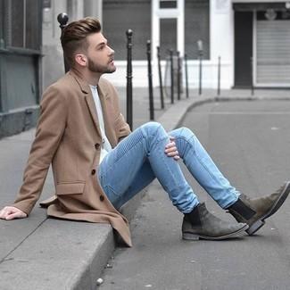 20 Jährige: Graue Chelsea Boots aus Wildleder kombinieren – 29 Herren Outfits: Paaren Sie einen camel Mantel mit hellblauen Jeans, um einen modischen Freizeitlook zu kreieren. Graue Chelsea Boots aus Wildleder putzen umgehend selbst den bequemsten Look heraus.
