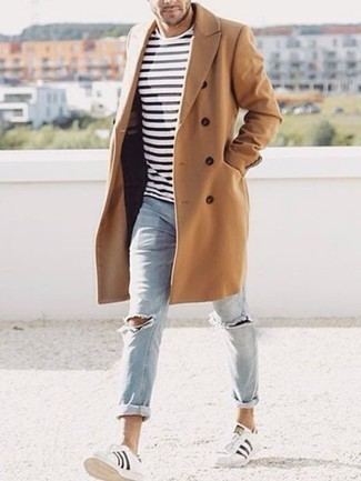 Weißes und schwarzes horizontal gestreiftes T-Shirt mit einem Rundhalsausschnitt kombinieren: trends 2020: Ein weißes und schwarzes horizontal gestreiftes T-Shirt mit einem Rundhalsausschnitt und hellblaue Jeans mit Destroyed-Effekten sind eine perfekte Wochenend-Kombination. Fühlen Sie sich mutig? Komplettieren Sie Ihr Outfit mit weißen und schwarzen Leder niedrigen Sneakers.