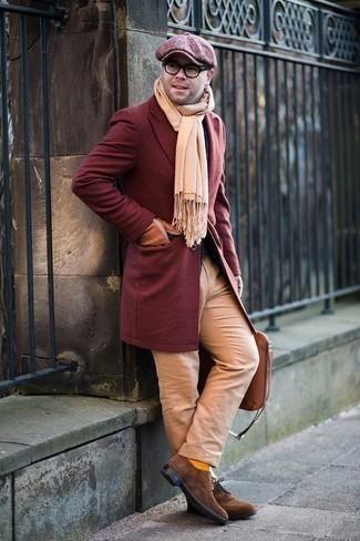 Herren Outfits & Modetrends 2020 für kalt Wetter: Kombinieren Sie einen dunkelroten Mantel mit einer beige Chinohose, wenn Sie einen gepflegten und stylischen Look wollen. Braune Wildleder Brogues putzen umgehend selbst den bequemsten Look heraus.