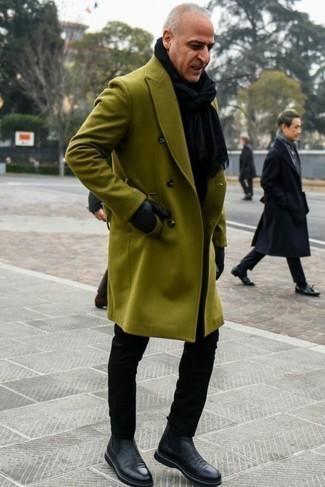 Schwarzen Schal kombinieren: trends 2020: Für ein bequemes Couch-Outfit, kombinieren Sie einen olivgrünen Mantel mit einem schwarzen Schal. Fühlen Sie sich ideenreich? Vervollständigen Sie Ihr Outfit mit schwarzen Chelsea-Stiefeln aus Leder.