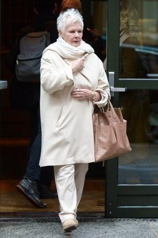 Wie kombinieren: weißer Mantel, weiße Chinohose, hellbeige Chelsea-Stiefel aus Wildleder, beige Shopper Tasche aus Leder