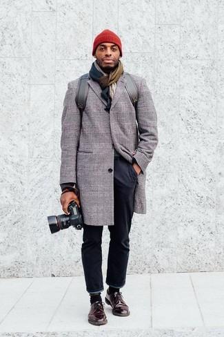 Wie kombinieren: grauer Mantel mit Schottenmuster, schwarze Chinohose, dunkelbraune Leder Derby Schuhe, grauer Leder Rucksack