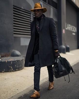 Wie kombinieren: schwarzer Mantel, schwarze Chinohose, braune Leder Derby Schuhe, schwarzer Leder Rucksack