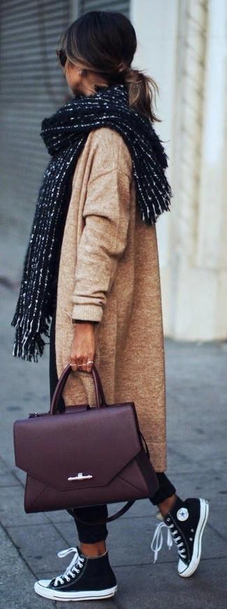Paaren Sie einen beige Strick Mantel mit einem Unterteil für ein bequemes Outfit, das außerdem gut zusammen passt. Fühlen Sie sich ideenreich? Komplettieren Sie Ihr Outfit mit schwarzen und weißen hohen Sneakers aus Segeltuch.